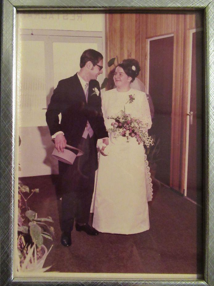 Antoon en Nelly Borrenbergs-Valkenaars tijdens hun trouwen.