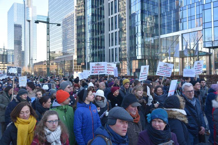 Duizenden mensen protesteren aan Maximiliaanpark tegen asielbeleid van regering.