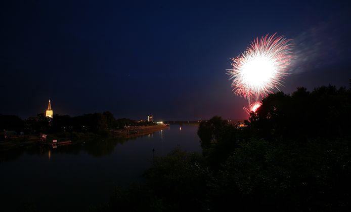 Vuurwerk boven de IJssel bij Doesburg. Archieffoto ter illustratie.