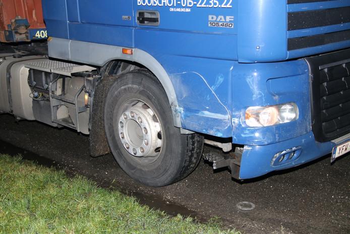 De vrachtwagen raakt beschadigd aan de rechterkant.
