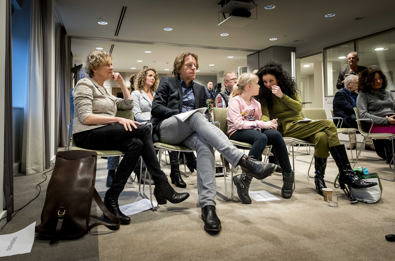 Benedicte Ficq (links) en Anne Marie van Veen (vierde van links) tijdens een persconferentie naar aanleiding van de beslissing van het gerechtshof in Den Haag over het niet vervolgen van de tabaksindustrie.