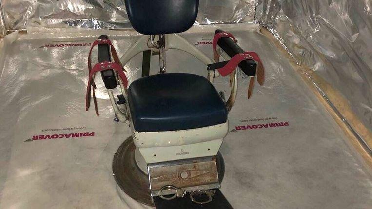 Tandartsstoel in de martelkamer.  Beeld OMANP