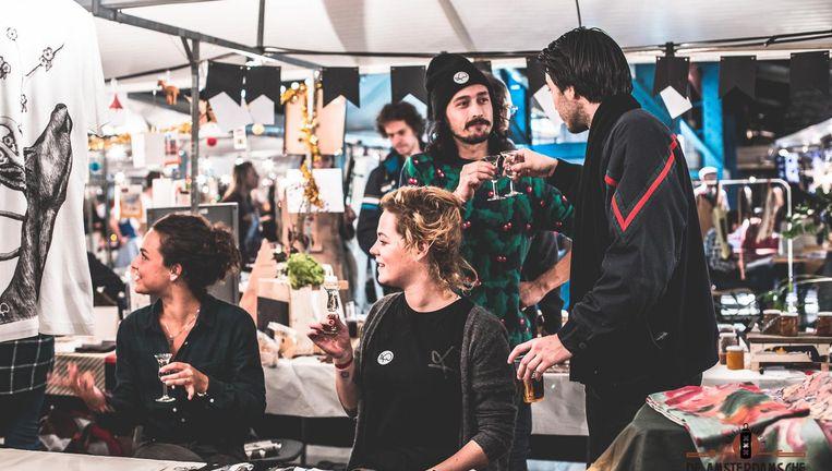 Marktstalletjes en een drankje, bij de Amsterdamsche kerstmarkt kan het allemaal Beeld VAAG