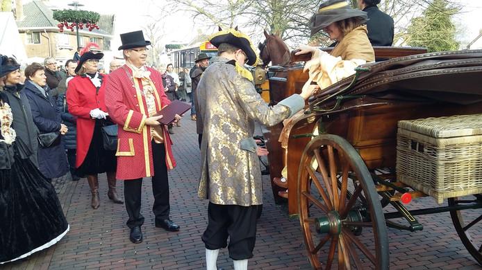 Aankomst in nostalgisch kostuum van Voorster burgemeester Jos Penninx.