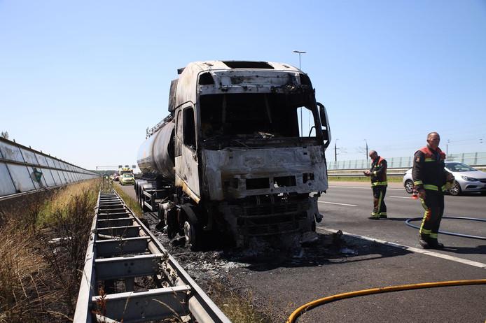 Op de A4 vloog een tankwagen die olie vervoert in brand.