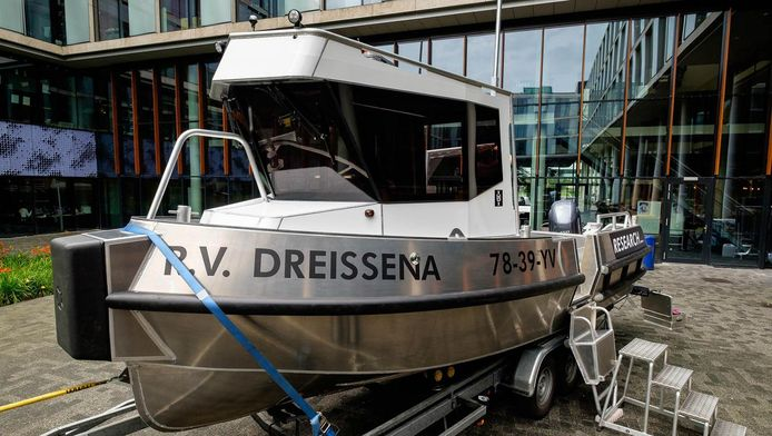 De aluminium boot is acht meter lang en volgebouwd met speciale onderzoeksapparatuur.