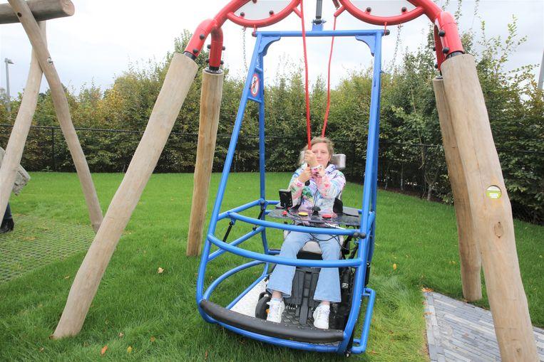 In de nieuwe speeltuin van revalidatieziekenhuis Inkendaal is de rolstoelschommel één van de populaire attracties.