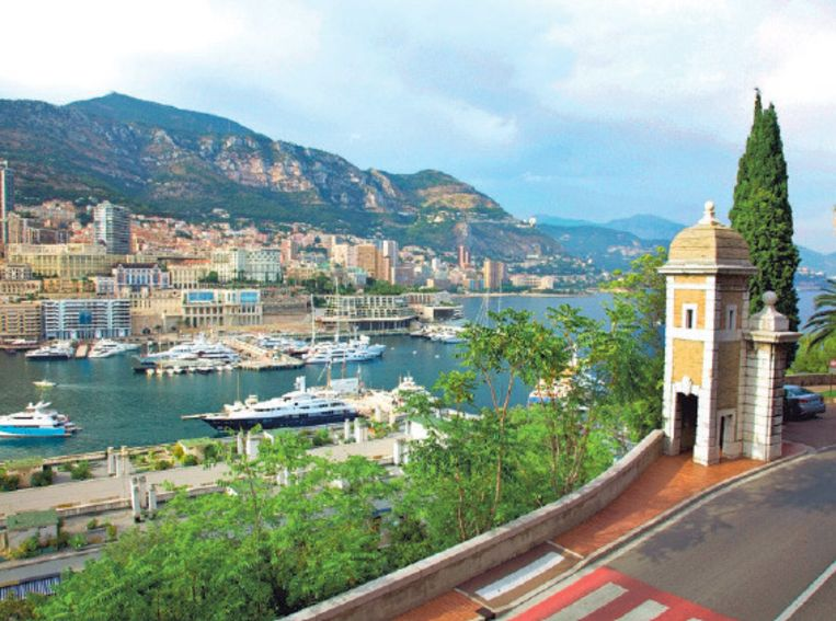 Vanuit het hogergelegen Monaco-Ville kijk je uit op de haven.
