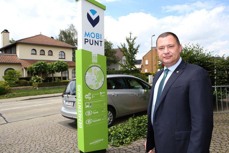 Burgemeester Peter Reekmans aan een Mobipunt, een van de vele faciliteiten in de plattelandsgemeente.