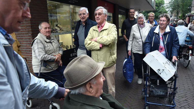 Ouderen in het centrum van Oss Beeld Marcel van den Bergh / de Volkskrant