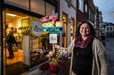 Saskia Zwijnenberg van Toen & Nu in hartje centrum Deventer laat zien hoe ze klanten de weg naar haar winkel wijst.