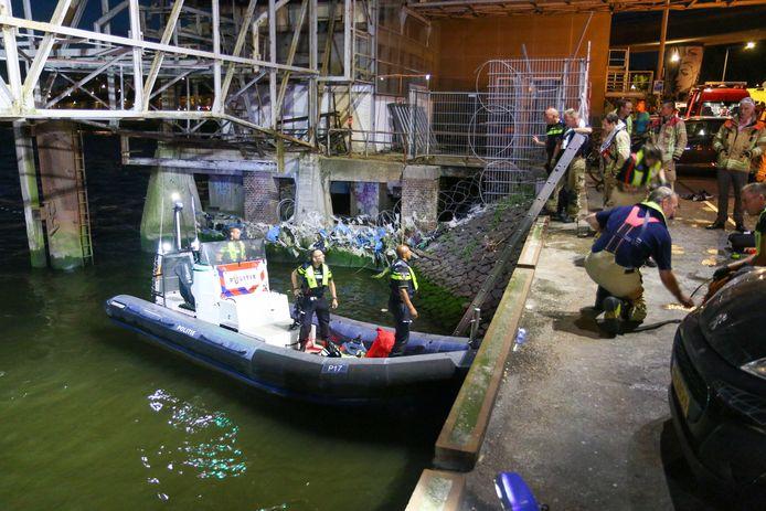 Duikers van de brandweer zochten nog naar meer slachtoffers in het water.