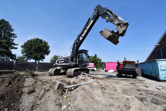 Sloopbedrijf Hein Heun uit Vroomshoop ruimt het puin van het purhuis in Vriezenveen op.