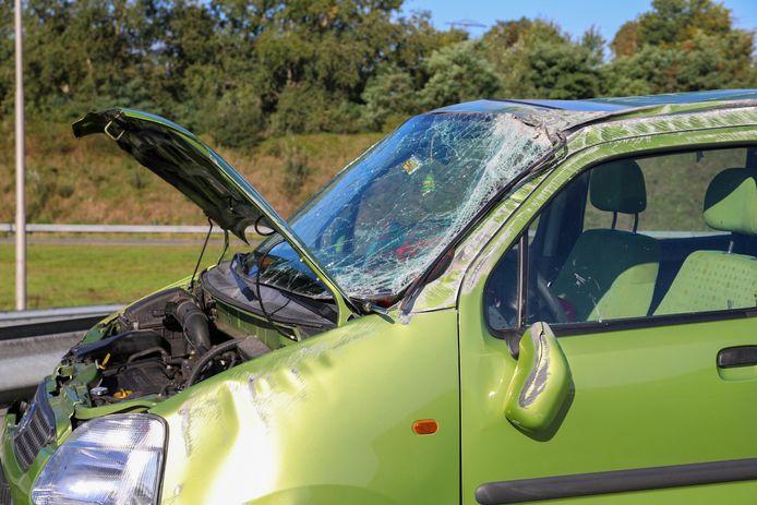 De zwaar beschadigde auto nadat deze weer op vier wielen was gezet.