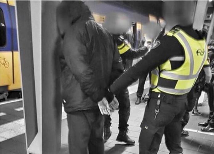De arrestatie van de reiziger.