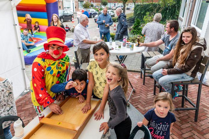 Buren gezellig bij elkaar in de Minister van Houtenstraat met spelletjes en een springkussen voor de kinderen.