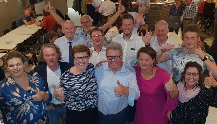 Hoogstraten Leeft met Marc Van Aperen (vooraan derde rechts) viert de goede verkiezingsuitslag.
