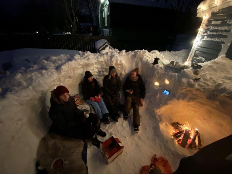 """""""We hebben met de buren een groot sneeuwkasteel gebouwd en maakten er zelfs een kampvuur in."""""""
