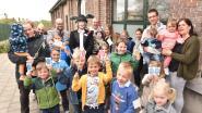 Paashaas verrast kinderen tijdens paasontbijt Gezinsbond
