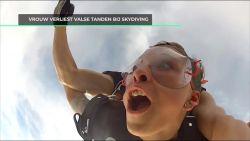 Vrouw verliest valse tanden bij skydiving