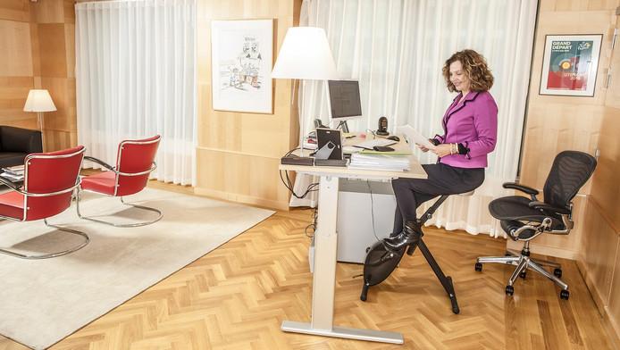 Minister Schippers op de desk-bike
