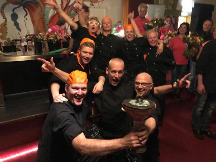 Het winnende team 'Eibergen' na het bekendmaken van de uitslag van de Kookbattle Berkelland.