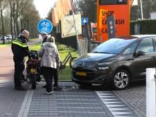 Scooter en auto botsen op Hescheweg in Oss