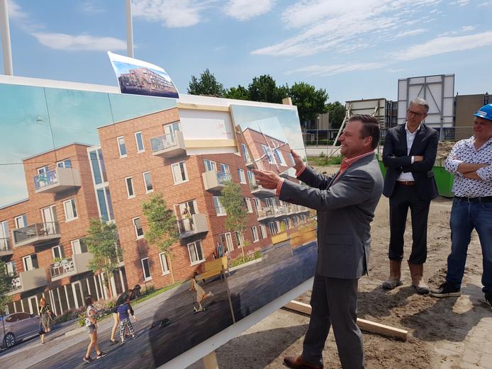 Wethouder Wim van der Es mag het laatste stukje leggen in de puzzel die toekomstig huurcomplex Waterhof nu nog is.