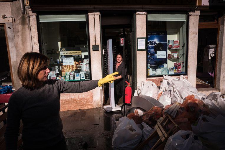 Voor de apotheek aan de Via Garibaldi liggen tientallen vuilniszakken met onbruikbare, doorweekte medicijnen.  Beeld null