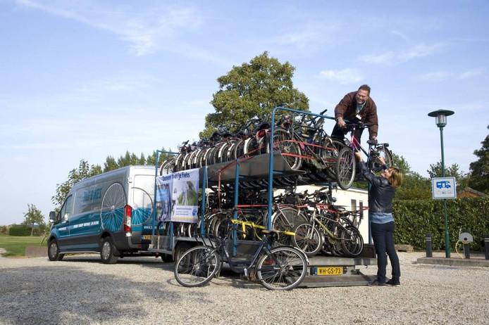 De ingezamelde fietsen worden opgeladen bij Camping Zennewijnen.