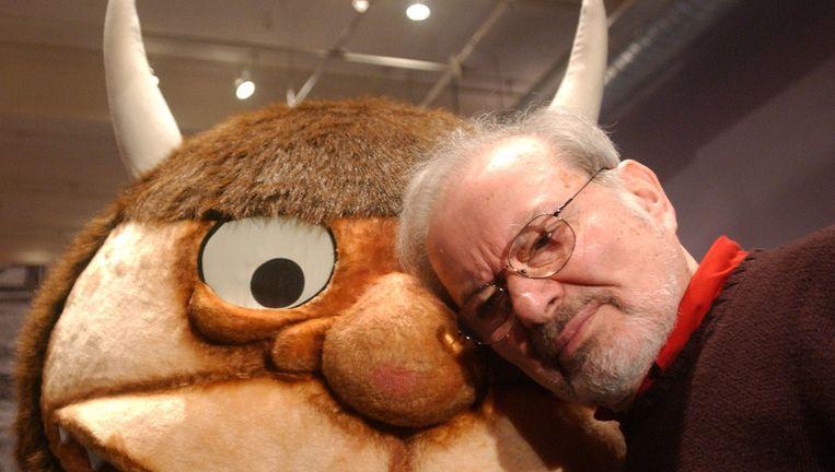 Schrijver Maurice Sendak met een beeld van een karakter uit Where the Wild Things Are, in januari 2002. Beeld Getty Images