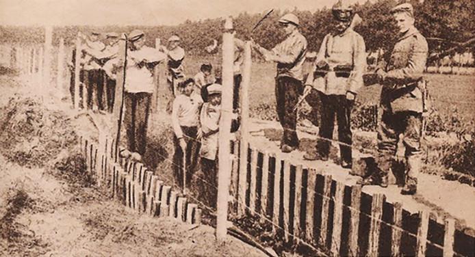 De aanleg van de Dodendraad in 1916, nabij de Achelse Kluis.