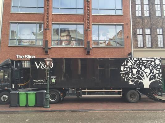 De vrachtwagens van Vroom en Dreesmann woensdagmorgen bij het filiaal in Leiden. Ze rijden tóch weer even
