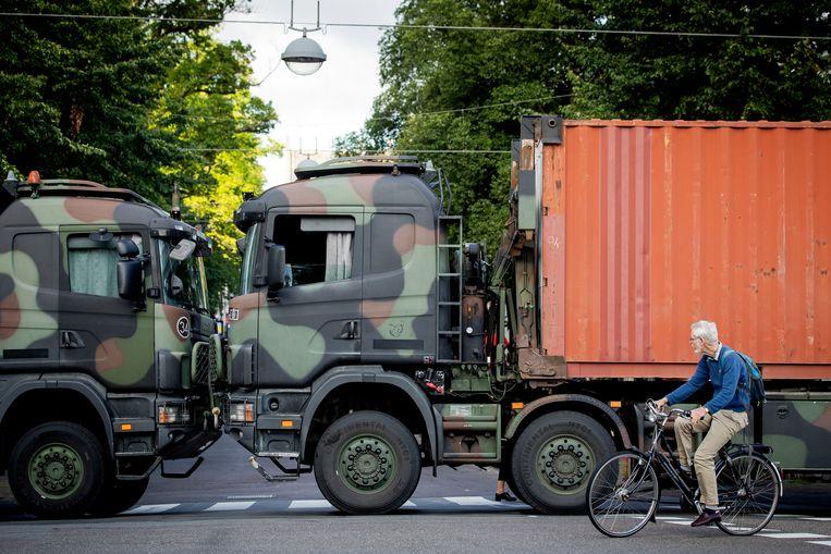 Vrachtwagens van Defensie blokkeren de toegangswegen naar het Binnenhof vanwege een aangekondigd boerenprotest op het Malieveld. Beeld Hollandse Hoogte /  ANP
