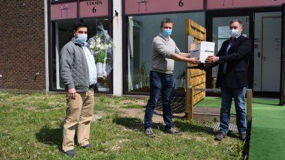 Turkse gemeenschap schenkt 300 mondmaskers (en bloemen) aan huisartsenpraktijk