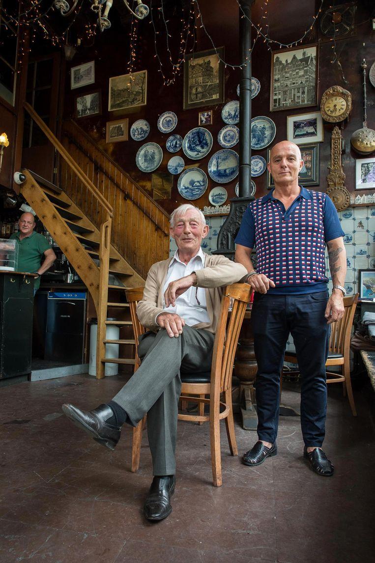 Eigenaar Tiel Netel (staand) met zijn vader die vijftig jaar geleden met zijn vrouw 't Papeneiland heeft overgenomen. Beeld Mats van Soolingen