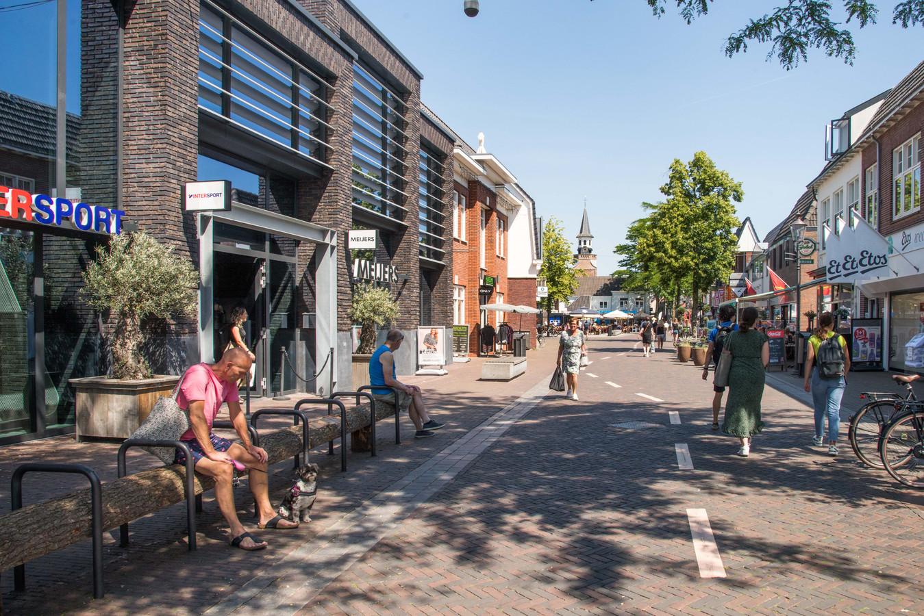 In de Dorpsstraat in Nunspeet zijn er onder de lege fietsrekken boomstammen geplaatst.