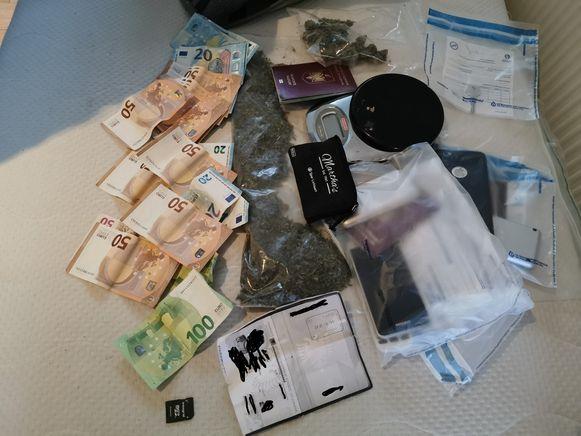 Bij de reeks huiszoekingen werden ook drugs en cash geld gevonden
