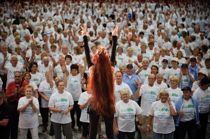 Onder leiding van Penny de Jager breken woensdag 1178 bewegende 50-plussers in Utrecht het record 'half uur aerobics met 50-plussers'.