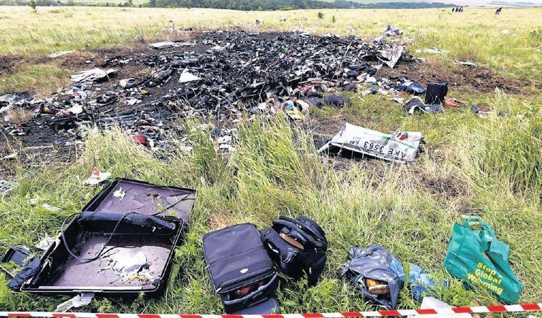 Bezittingen van passagiers van vlucht MH17 liggen verspreid over de rampplek in Oost-Oekraïne. Beeld epa