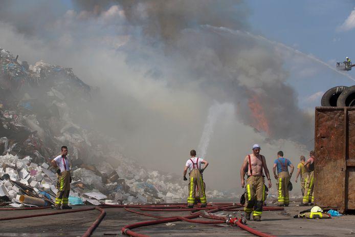 De brandweer in actie tijdens een grote brand in Varsseveld. Archieffoto Theo Kock