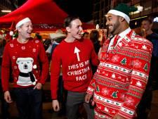 Enschedese leerlingen in foute kersttruien voor Save the Children