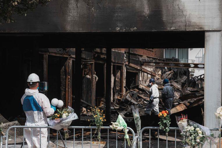 Speurders kwamen maandagnamiddag opnieuw zoeken naar de oorzaak van de brand
