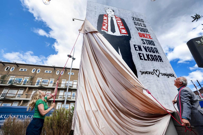 Femke van der Laan onthult het ontwerp Damsko Strijder van kunstenaarscollectief Kamp Seedorf op het Mercatorplein. Beeld ANP