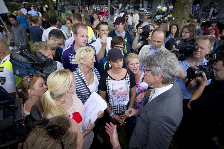 Burgemeester Lucas Bolsius (R) neemt handtekeningen in ontvangst en gaat in gesprek met een aantal inwoners van de Amersfoortse wijk Soesterkwartier, in 2014. Bewoners protesteren tegen de vestiging van Van der V. in hun wijk. Beeld anp