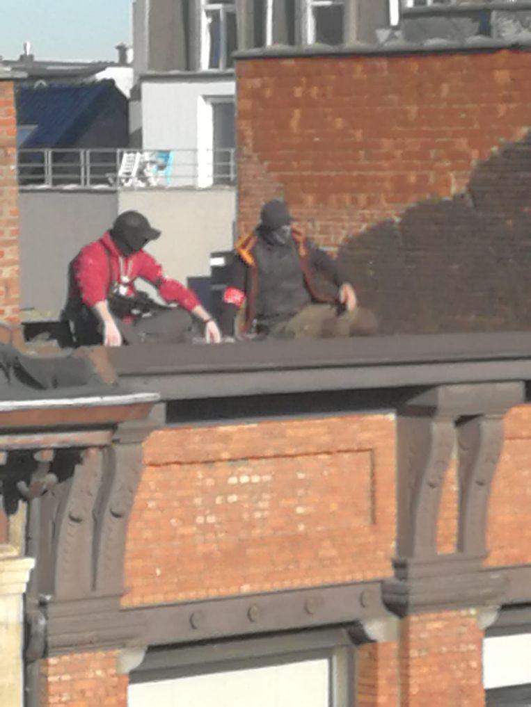 Scherpschutters van de Antwerpse politie hielden vanop de daken in de Brederodestraat een oogje in het zeil.