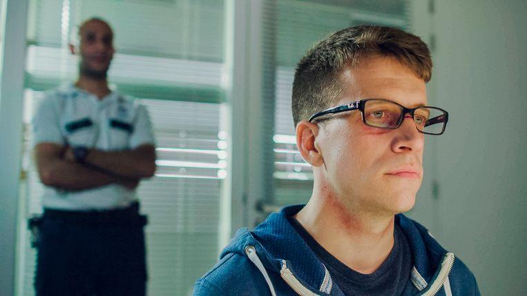 Simon (Braam Verreth) tijdens het politieverhoor