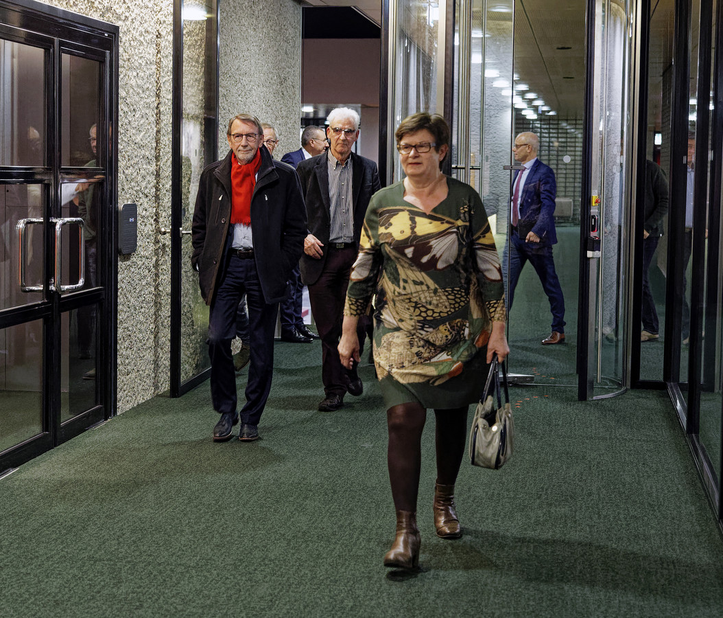 Ans Beijens van het CDA loopt kort na het crisisberaad in het provinciehuis voorop, gevolgd door wethouder Harry van Hal (CDA) en fractievoorzitter Tiny Assink van Progressief '96.