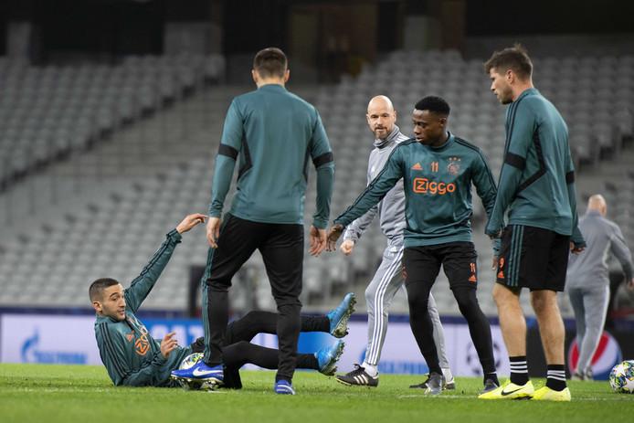 Erik ten Hag kijkt toe op de Ajax-training.