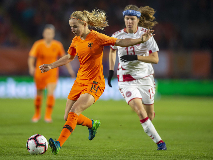 2018-10-05 20:03:01 BREDA - De Oranjevrouwen spelen de WK play-offs tegen Denemarken. Jackie Groenen van Oranje en Sofie Junge Pedersen van Denemarken. ANP ORANGE PICTURES ANDRE WEENING